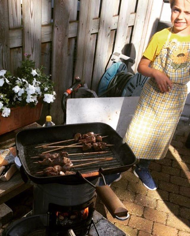 Lekker buiten koken op de EcoZoom olv deze jonge chef-kok ;-)