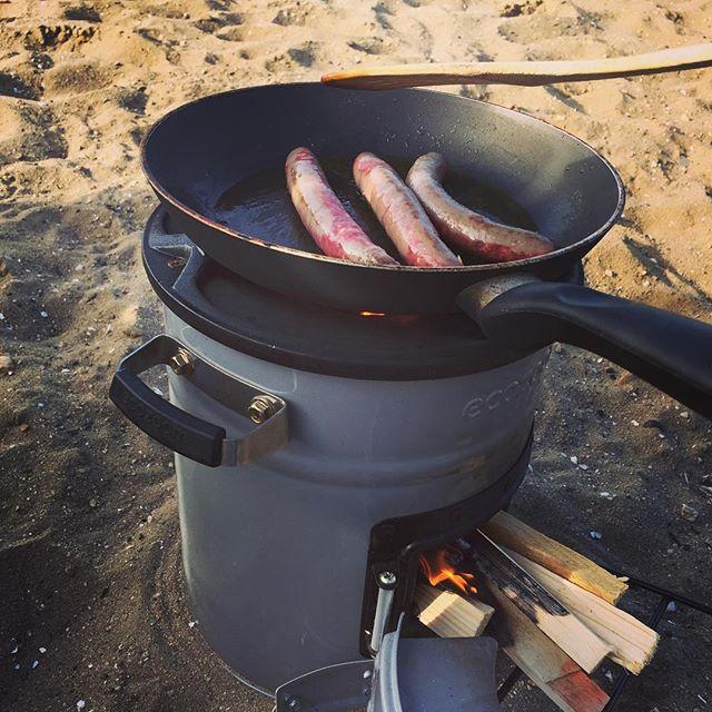 Wat een mooie dag om weer op het strand te koken. Ontbijt, lunch of avondeten: met een paar houtjes kun je koken.