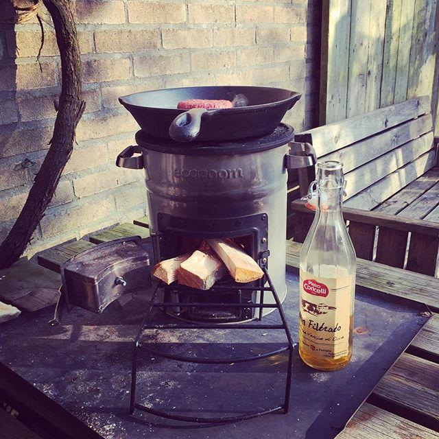Outdoor cooking! Natuurlijk met de EcoZoom Versa. Vuurtje maken en gaan.